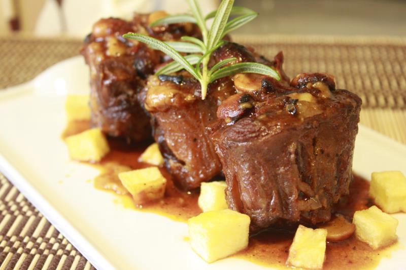 Сувид рагу из бычьих хвостов на сливочно-картофельном пюре с горчицей