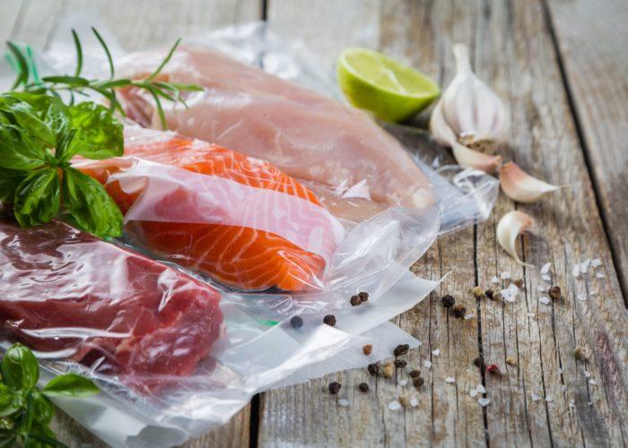 Филе лосося sous vide, крем из хрена и быстрые соления